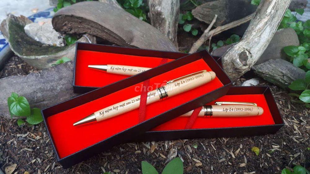 Khắc chữ laser lên bút gỗ