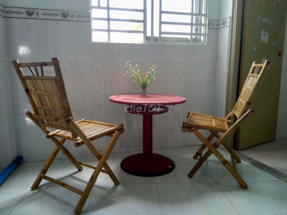 1 bàn gỗ chân sắt. 2 ghế tre.