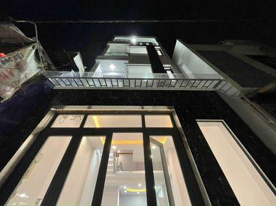 Nhà 3 lầu, 1 trệt, 1 lửng, có sân thượng.