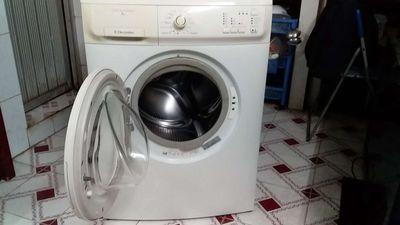 Máy giặt Electrolux 7kg đang sử dụng bình thường