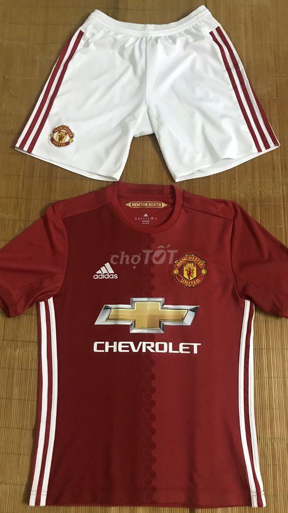 Ronaldo vs Rooney cũng mặc bộ này thôi