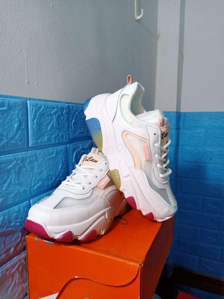 0362110233 - Giày thể thao nữ đế độn, còn 1 size 39 duy nhất.