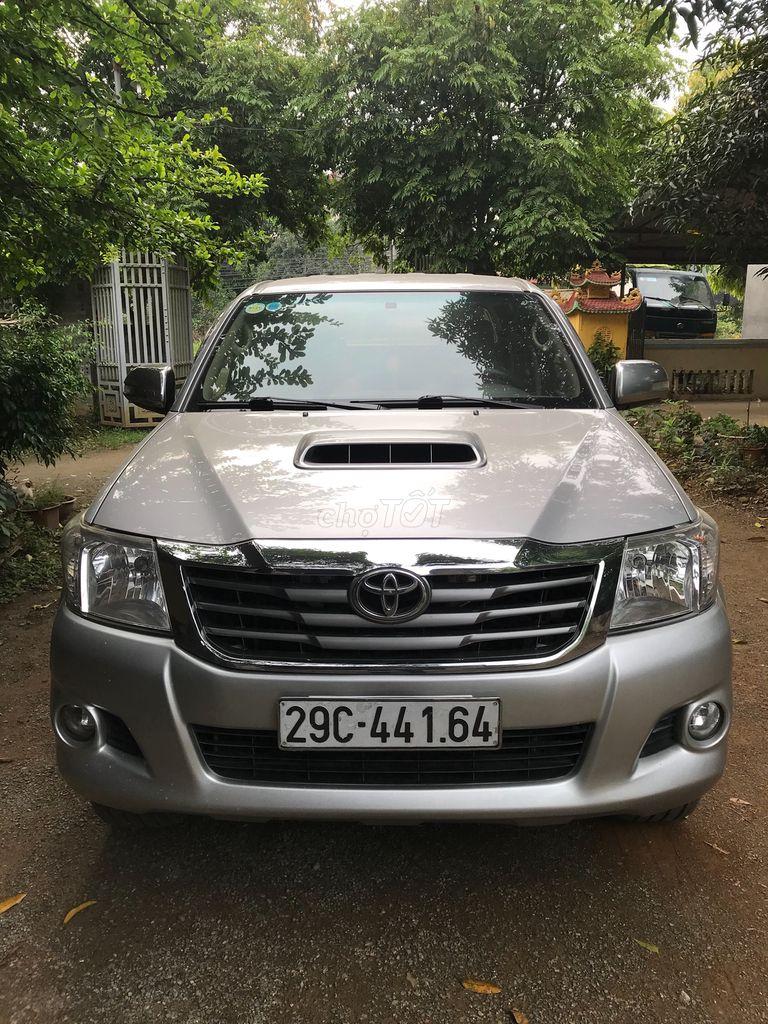 Toyota Hilux 2014 bạc, đi 10000