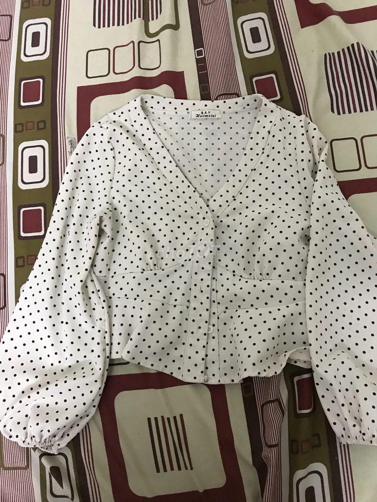 Áo trắng bi đen và áo thun kết hợp vải caro