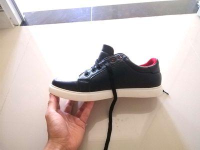 Giày sneaker size 40, màu đen sần, chất liệu da.