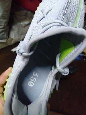Giày Sneaker YZY 350V2 s42 cần pass lại chưa mang