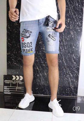 Quần short jean nam sticker form body