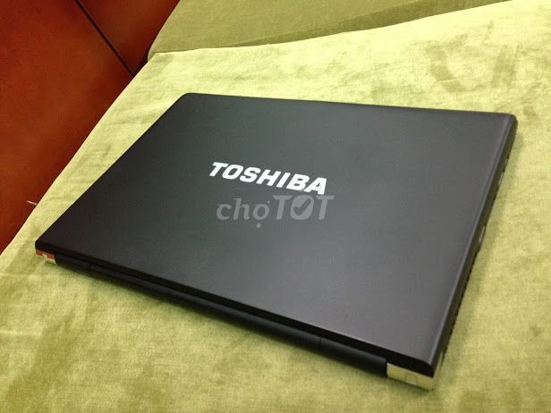 Toshiba R700 i5 2.4ghz 4G 320G Lcd 13in new 95% us
