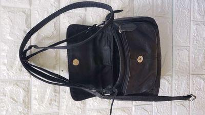 Túi đeo chéo màu đen