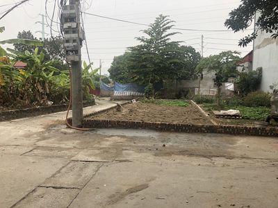 Lô góc 57M Xóm Nhì Vân Nội . Trục chính làng